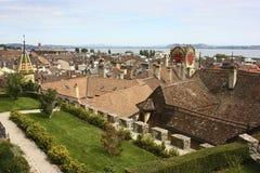 Tak av gamla byggnader i Neuchatel, Schweiz royaltyfria foton