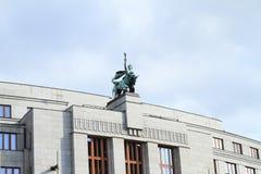 Tak av huset med statyn Arkivfoton