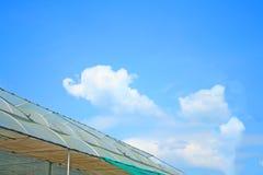 Tak av hydrokulturväxthuset och himmel royaltyfri bild