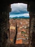 Tak av Lucca, Italien från tornfönster arkivbilder