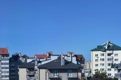 Tak av moderna hus under en molnfri himmel Metall som taklägger metod royaltyfria foton