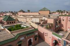 Tak av moskén och madrasaen av Ben Youssef, sikt från grannar royaltyfri fotografi