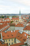 Tak av Prague, Tjeckien över den Vltava flodslotten sid arkivfoton