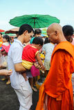 Tak Bat Devo Festivals stock fotografie