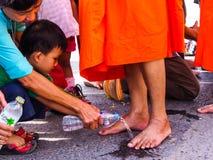 Tak Bat Dok Mai, Blumen-Angebotzeremonie Lizenzfreies Stockfoto