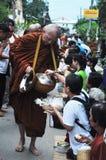 Tak Bat Khao Niaw: Ge klibbiga ris och mat till munkarna Fotografering för Bildbyråer