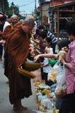Tak Bat Khao Niaw: Ge klibbiga ris och mat till munkarna Royaltyfri Bild
