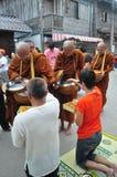 Tak Bat Khao Niaw: Ge klibbiga ris och mat till munkarna Royaltyfri Fotografi