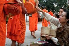 Tak Bat (Monnik die aalmoes verzamelen), Luang Prabang, Laos PDR royalty-vrije stock afbeeldingen