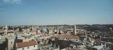 Tak byggnader, helgedom begraver kyrkakupolen och höga minaret i gammal del av Jerusalem, Israel Flyg- sikt av forntida huvudstad royaltyfria foton