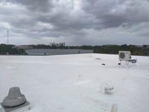 Tak ett kommersiellt plant tak, taklägga för EPDM arkivbilder