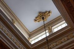 Tak exponerat av kleristoriumfönster för att avslöja utarbetat kornisch- och frisarbete, överflödande bladguld royaltyfri foto