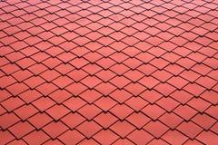 Tak för röda tegelplattor för bakgrund Slut upp av metalltaktegelplattan fotografering för bildbyråer