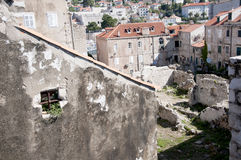 Tak i den Walled staden av Dubrovnic i Kroatien Europa Dubrovnik ge någon ett smeknamn `-pärlan av Adriatiska havet Arkivbilder