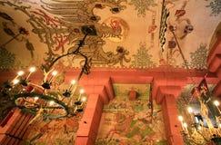 Tak i korridor i Chateau du Haut-Koenigsbourg royaltyfria bilder