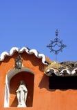 Tak med en jungfruliga Mary Statue i Antigua, Guatemala Arkivbilder