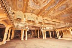 Tak med konst inom åhörarna Hall av den kungliga slotten av Mysore som byggs i 1912 Arkivfoton