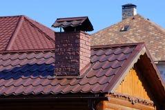 tak med röda tegelplattor och tegelstenlampglaset royaltyfri foto
