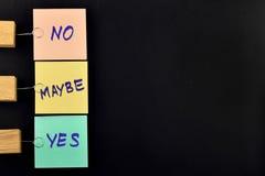 Tak, nie, być może, trzy papierowej notatki na czerni dla prezentaci Zdjęcie Royalty Free