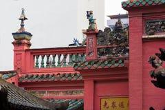 Tak och balkong av den kinesiska templet Arkivfoton