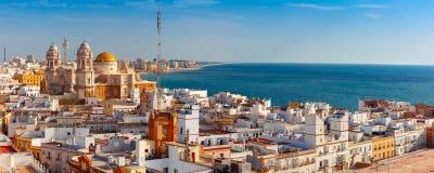 Tak och domkyrka i Cadiz, Andalusia, Spanien arkivfoto