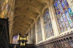 Tak och färgrikt exponeringsglas av kapellet i högskola för konung` s i det Cambridge universitetet arkivfoton