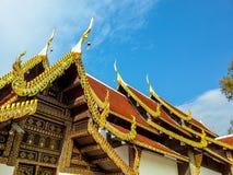 Tak och gavel ingången av templet i Chiang Mai Arkivbilder