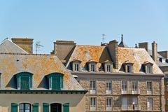 Tak och hus av Saint Malo i sommar med blå himmel _ Arkivfoto