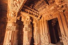 Tak- och stenkolonner inom den traditionella hinduiska templet Pattadakal 7th århundradekonstverk av Indien Arkivfoton