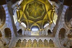 Tak ovanför mihraben i Mezquita av Cordoba arkivfoton