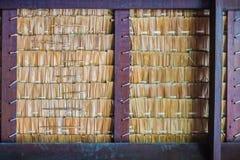 Tak som göras av torr bakgrund för Nypapalmbladtextur Modeller av nypapalmblad som tillsammans binds för att taklägga royaltyfri foto