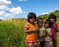 TAK, THAILAND - 22. NOVEMBER 2015: Junger Stammes- Junge und Mädchen Stockfoto