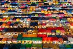 Tak till åtskillig färg för nattloppmarknad royaltyfria bilder