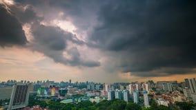 Tak Timelapse för Singapore stormhimmel arkivfilmer