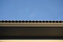 Tak under konstruktion med buntar av taktegelplattor för hem- byggnad Royaltyfri Foto