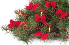 Tak van Kerstboom verfraaide die klokken en bogen op witte achtergrond worden geïsoleerd Royalty-vrije Stock Fotografie