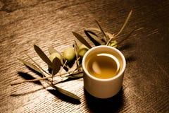 Tak van olijfboom met groene olijfbessen en GLB van vers o Stock Fotografie