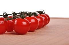 Tak van tomaten op scherpe raad stock fotografie
