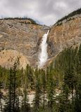 Takakkaw baja cascada en Yoho National Park Foto de archivo