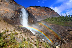 Takakkaw cai arco-íris em Canadá foto de stock