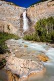 Takakkaw cai em Yoho National Park British Columbia Canadá imagem de stock