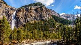 Takakkaw cai em Yoho National Park em Rocky Mountains Fotografia de Stock Royalty Free