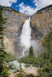 Takakkaw cai nas Montanhas Rochosas canadenses fotografia de stock