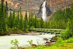 Takakkaw tombe cascade à écriture ligne par ligne en stationnement de Yoho, Canada photographie stock