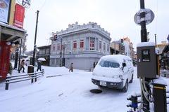 TAKAYAMA, GIAPPONE - 19 GENNAIO: Un giorno nevoso nel espec della città di takayama Fotografia Stock Libera da Diritti
