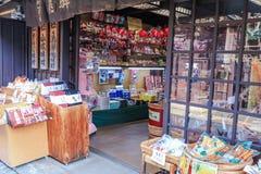 Takayama JAPAN - March 04, 2018: Traditionellt shoppar och diversehandel Fotografering för Bildbyråer