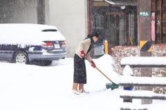 TAKAYAMA, JAPAN - 19. JANUAR: Ein schneebedeckter Tag in takayama Stadt espec Stockfotografie