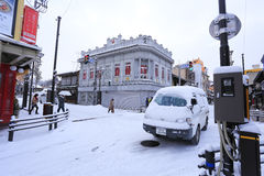 TAKAYAMA JAPAN - JANUARI 19: En snöig dag i takayamastadsespec Royaltyfri Foto