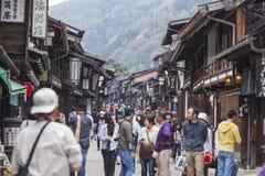 TAKAYAMA JAPAN - MAJ 03: Oidentifierat folk på Sannomachi Stre Arkivbilder