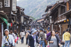 TAKAYAMA JAPAN - MAJ 03: Oidentifierat folk på Sannomachi Stre Fotografering för Bildbyråer